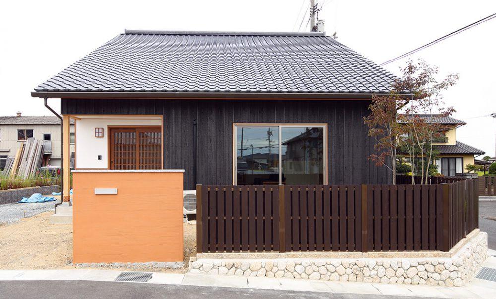 株式会社おかやま住宅工房『大屋根に映える、本焼きの黒と漆喰の白』