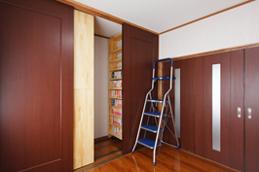 オーダーメイドの両面収納スライド式書棚は 収納力・使い勝手抜群