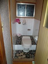 昔のトイレだったので、タイルが寒く感じられそうです。