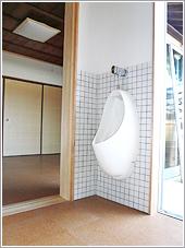 居間からすぐにトイレ、脱衣室、浴室に行けます。