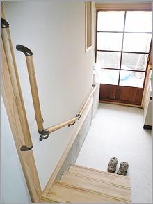 使われる方の使い勝手、身体機能や動線を考えて、より安全で使い易い場所、高さに手摺や上り段を設置しています。