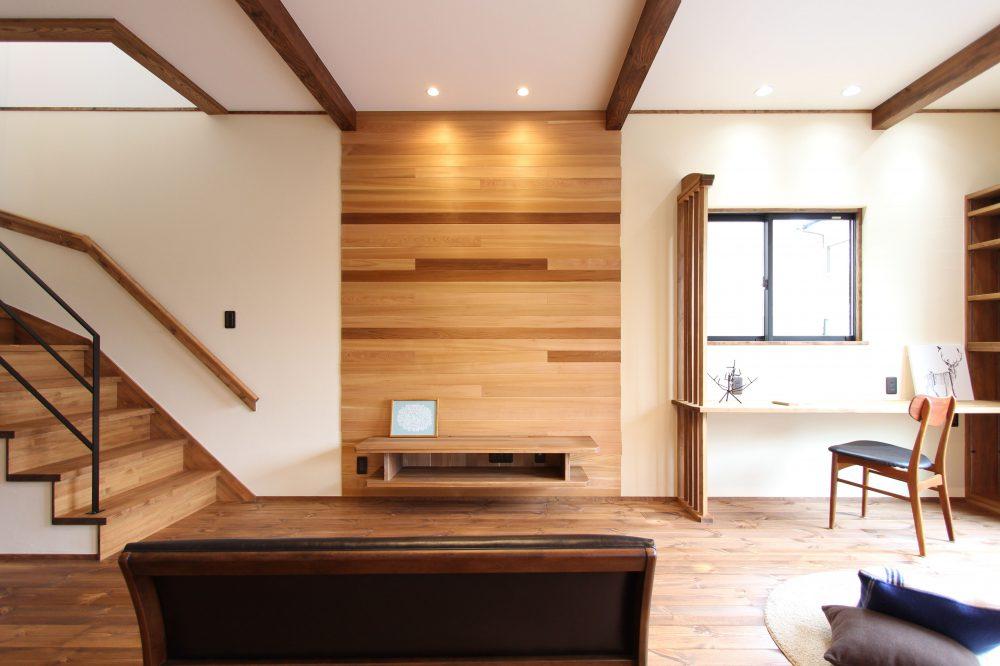 株式会社永見工務店『木のアクセントウォールで空間を演出/大人リビングな家』