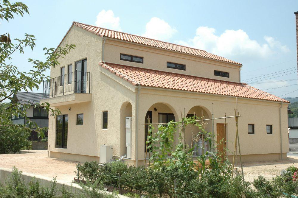 株式会社永見工務店『珪藻土塗り壁の素朴で洗練された内装 フランスの田舎町に似合う家』